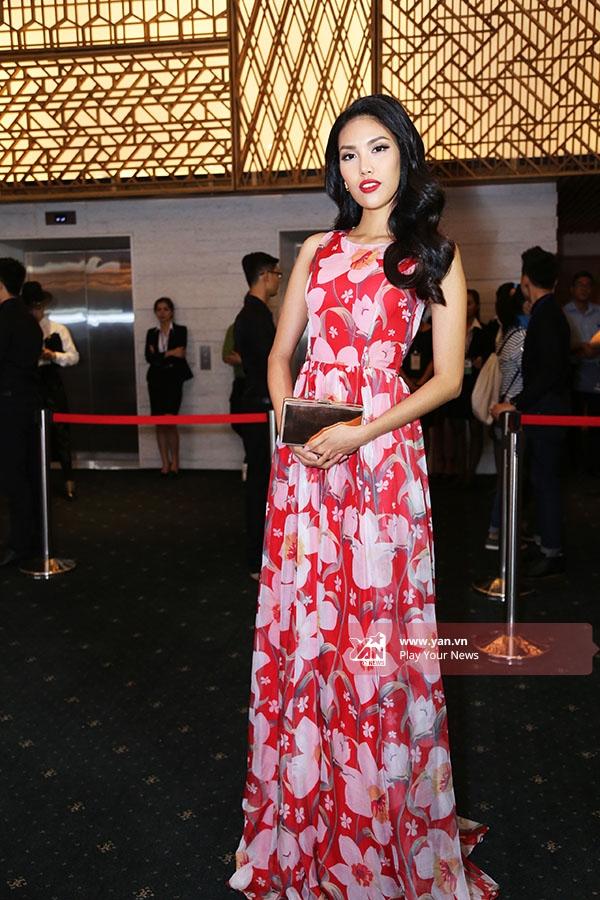 Trên thảm đỏ đêm bế mạc, Lan Khuê thực sự nổi bật với bộ váy xòe đơn giản, nhẹ nhàng. Những họa tiết in chìm nhưng tạo cảm giác chân thực cùng chất liệucao cấp là hai điểm cộng lớn cho mẫu thiết kế mà nhà thiết kế Nguyễn Quang Việt dành cho Lan Khuê.