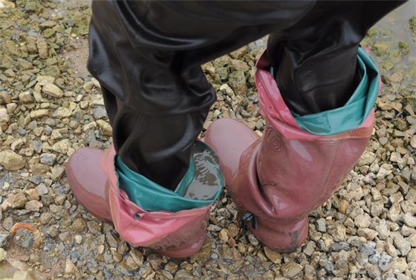Phương tiện bảo hộ duy nhất của những phụ nữ vớt rong là đôi ủng cao su. Bước lên bờ, thân ai cũng ngấm mùi tanh của rong và bùn.