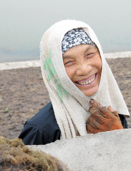 Nụ cười tươi tắn của bà Loan (69 tuổi) sau một ngày vớt rong mệt nhọc.