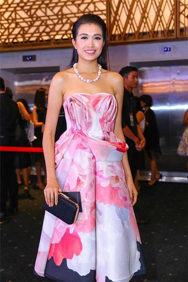 Lệ Hằng ngọt ngào, nữ tính khi chọn diện bộ váy xòe có họa tiết loang tông hồng trên thảm đỏ Vietnam International Fashion Week 2015. Tuy nhiên, phần dựng phom 3D tạo điểm nhấn cho bộ váy lại không thể hiện được sự tinh tế.