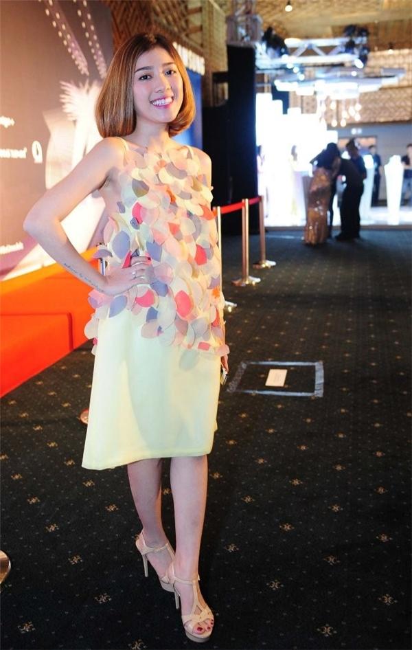 Bộ váy với những chi tiết đính kết không tinh tế của Yumi Dương.