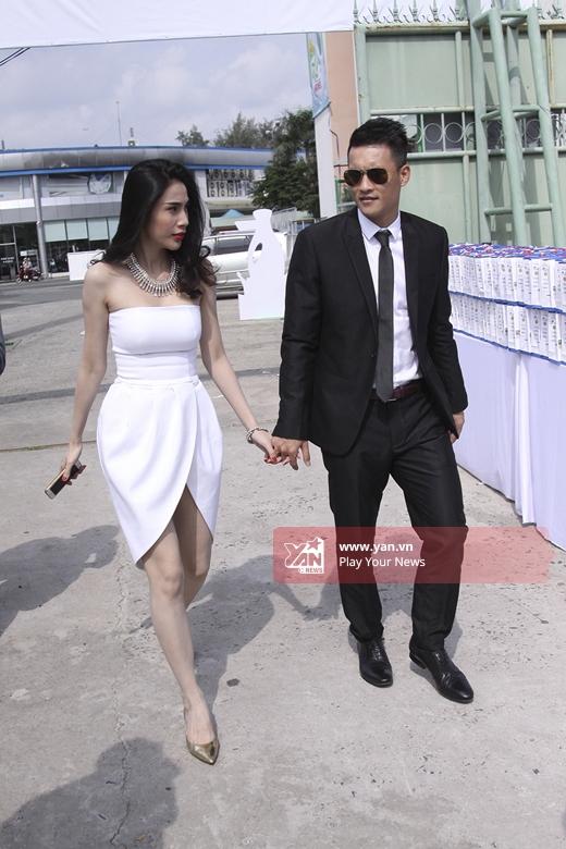 Cặp đôi hot nhất nhìlàng giải trí tay trong tay tiến vào địa điểm. - Tin sao Viet - Tin tuc sao Viet - Scandal sao Viet - Tin tuc cua Sao - Tin cua Sao