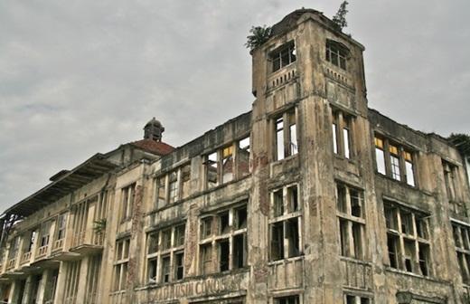 """Ngày nay, nhiều người cho rằng nơi này là một trong những địa điểmbị """"ma ám"""" nặng nhất ở Jakarta với nhiều tòa nhà bị bỏ hoang và trông rất hoang tàn. (Ảnh: Internet)"""