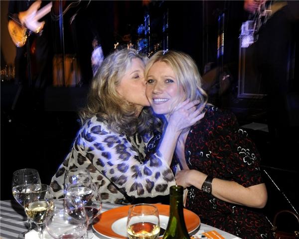 Blythe Danner không ngại ngần hôn cô con gái nổi tiếng Gwyneth Paltrowtrong một sự kiện từ thiện tại New York vào năm 2008.