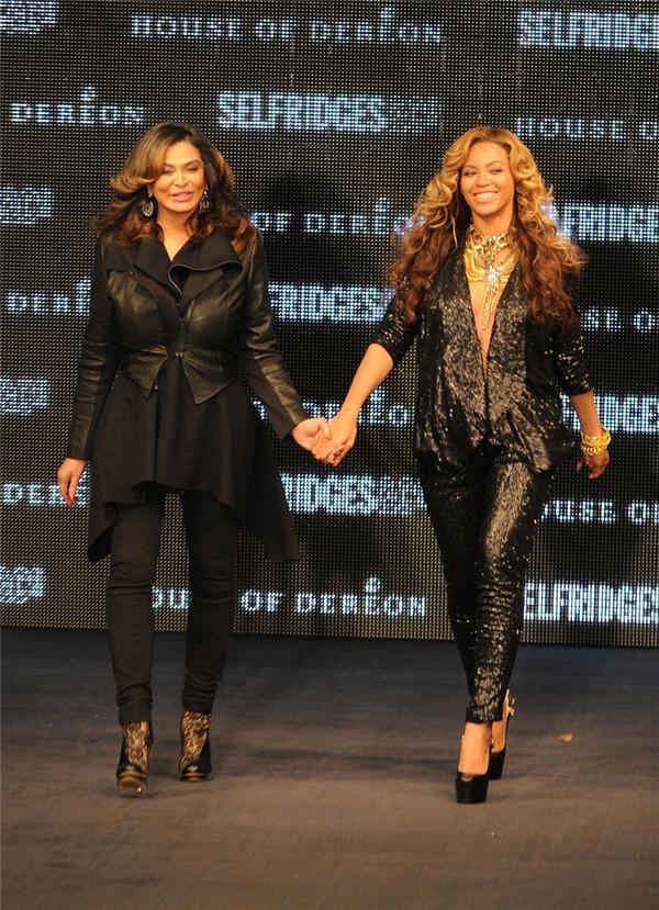 Beyoncé và mẹ Tina cùng nắm tay sảibước trên sàn diễn vào tháng 9/2011 để ra mắt dòng sản phẩm trong bộ sưu tập của cả hai – House of Dereson.
