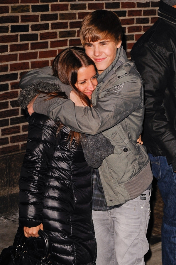 Justin Bieber và mẹ Pattie ôm nhau ngay phía ngoài trường quaycủa chương trình Late Show.