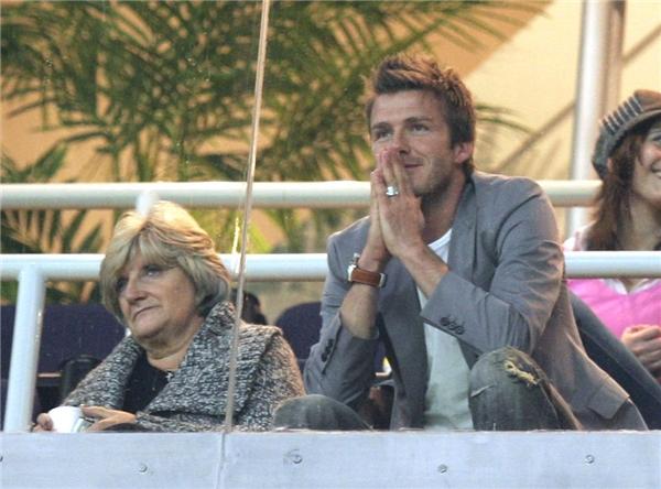 David Beckham ngồi với mẹ Sandra trong suốt trận cầu La Liga diễn ra vào năm 2007 tại Tây Ban Nha.