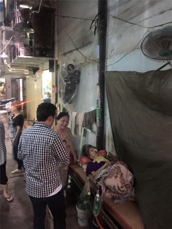 Lam Trường cùng FC của mình đã đến thăm hỏi cụ bà đang bị bệnh nặng và phải nằm ngoài hẻm vì nhà quá nhỏ. - Tin sao Viet - Tin tuc sao Viet - Scandal sao Viet - Tin tuc cua Sao - Tin cua Sao