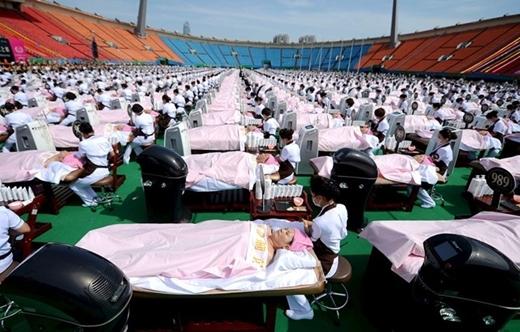 Số người kỉlục cùng làm đẹp thuộc về nhóm 1.000 khách hàng ở Jinan, Trung Quốc với dịch vụ massage mặt trong 30 phút vào ngày 4/5/2015.