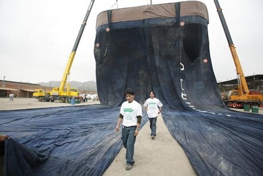 Chiếc quần jeans lớn nhất thế giới nặng hơn 2 tấn, dài 40 m, rộng 30 m, do một nhóm tại Peru thực hiện ngày 30/10/2008.
