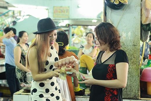 Thử thách bán hết 50 quả trứng khiến cô nàng lăng xăng đi năn nỉ các cô ở chợ mua cho đủ số lượng.
