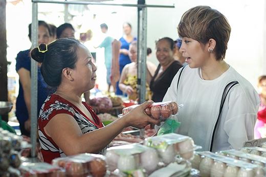 Gil Lê cũng toát cả mồ hôi khi thuyết phục mộtkhách hàng muốn mua trứng vịt chuyển sang mua trứng gà.