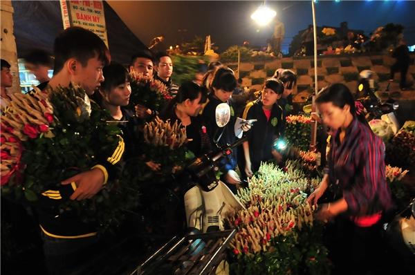 Nhóm bạn trẻ trường Nông nghiệp rủ nhau đi mua hoa về buôn.