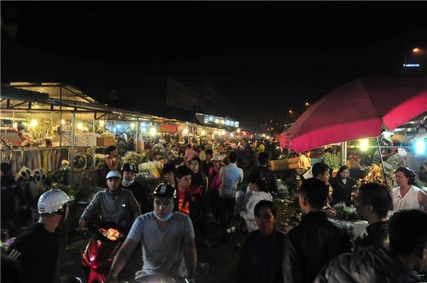 Càng về gần sáng chợ hoa càng đông đúc nhộn nhịp.