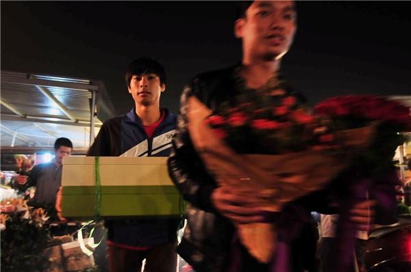 Nhiều nam giới tay xách nách mang đủ loại hoa khi rời chợ để dành tặng cho nửa kia yêu thương của mình.
