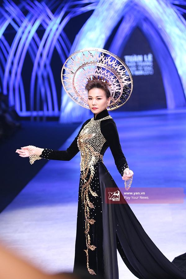 Ngoài ra trong đêm gala Thanh Hằng cũng giữ vai trò quan trọng khi trình diễn thiết kế áo dài truyền thống trị giá 1,2 tỉ đồng.
