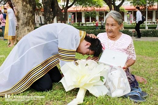 Kể từ năm 1979, người ta lấy ngày 12/8 (sinh nhật của Vương hậu Thái Lan) làm ngày lễ Người mẹ Thái. Ngày lễ đó nhằmgiáo dục lớp trẻ kính trọng mẹ, tổ chức dâng hoa và quà bánh cho người đã sinh ra mình.(Nguồn: Internet)