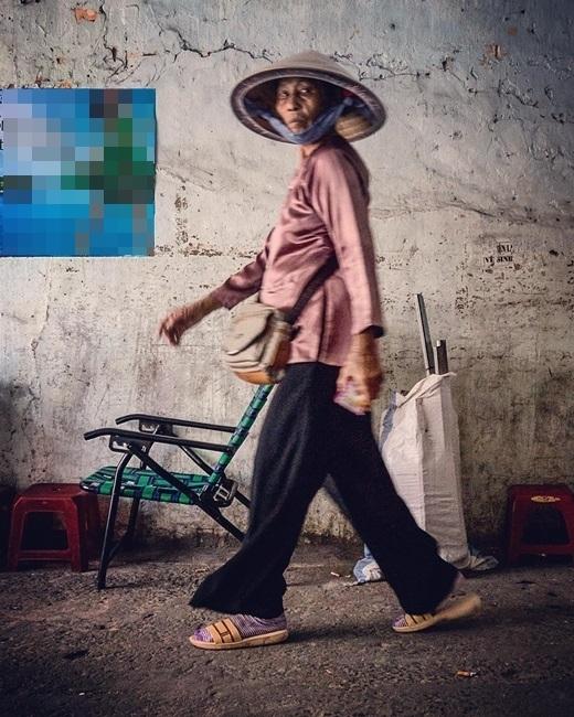 Một người phụ nữ bán vé số vội vã. (Nguồn IG @somewhereinsaigon)