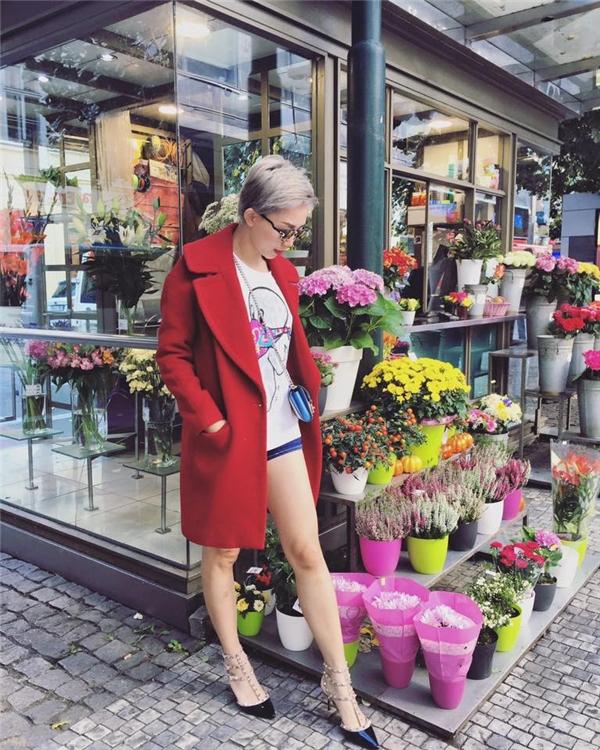 Thông thường, những chiếc áo khoác dáng dài sẽ được chọn phối cùng trang phục thanh lịch trong mùa Thu - Đông. Nhưng Tóc Tiên đã mang đến một làn gió mới khi diện cùng áo phông, quần jeans năng động, cá tính.