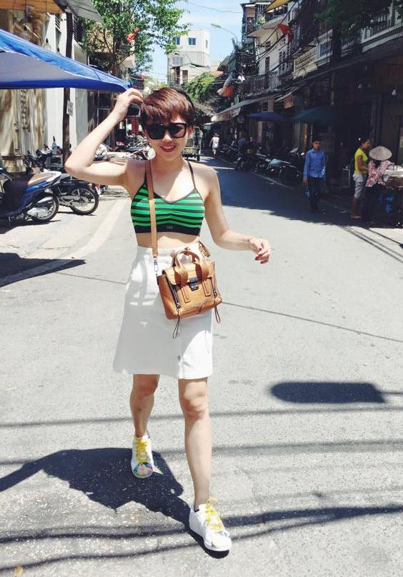 Tóc Tiên gợi cảm, táo bạo với áo crop top - bra kết hợp cùng chân váy bút chì cài cúc giữa.