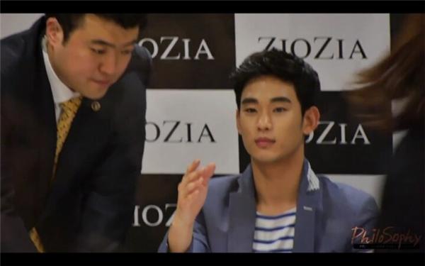 """Nhiều lần Kim Soo Hyun bị đơ vì không hiểu sao cứbị fan """"hắt hủi"""" như thế."""
