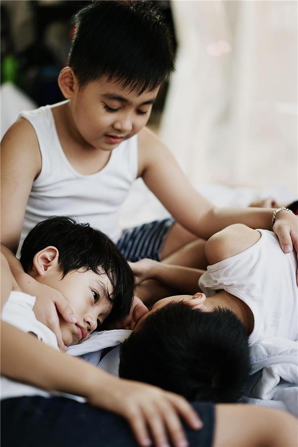 Khoảnh khắc trong trẻo của những đứa trẻ bảo ban lẫn nhau.