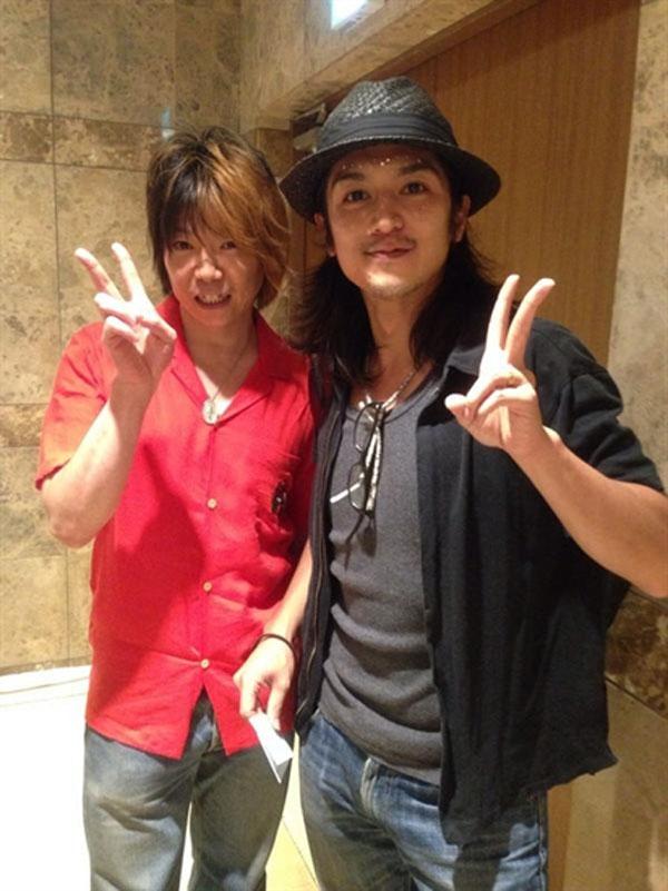 Takeru Shibaki (phải) còn là một ca sĩ có thực lực.