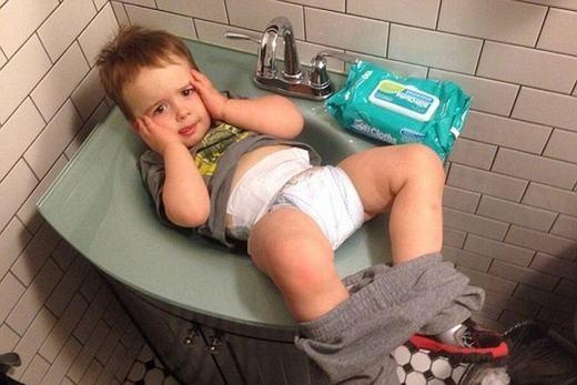 - Dáng cực ngầu bên bồn tắm! - Nhầm rồi, đây là bồn rửa tay mà! (Ảnh: Internet)