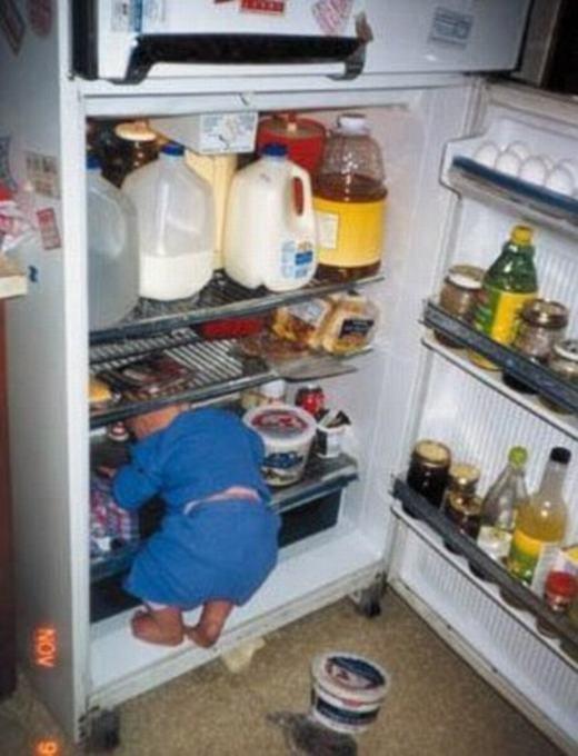 Định dậy sớm làm bữa sáng cho ba mẹ bất ngờ mà mỗi tội... lùn quá! (Ảnh: Internet)