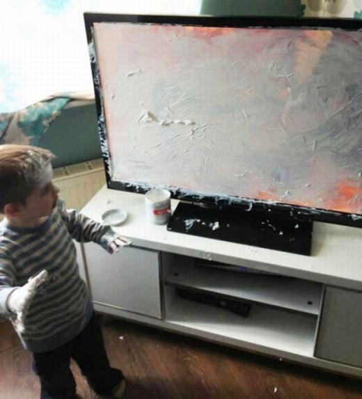 """""""Sau đây, con xin chỉ cho mọi người cách biến tivi từ màn hình đenthành màu trắng"""". (Ảnh: Internet)"""