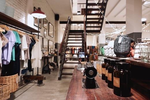 L'usine không chỉ là một quán cà phê sang trọng mà còn là cửa hiệu thời trang và không gian thư giãn dành riêng cho nghệ thuật. Ngay ở tầng trệtcủa quán là khu trưng bày những sản phẩm gốm sứ, thủ công đậm chất Việt Nam và quần áo thiết kế.(Nguồn: Internet)