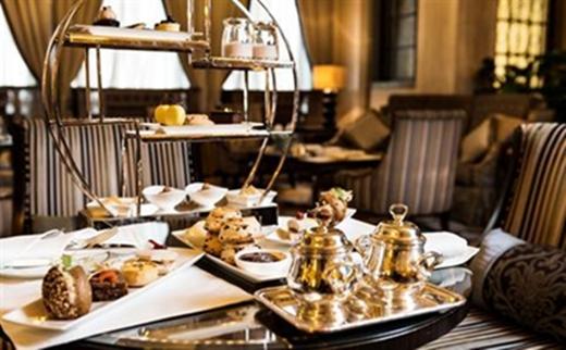 Một lựa chọn cho tiệc trà chiều trong khách sạn sang trọng nữa là Park Hyatt, nổi bật với những chiếc tách, ấm, dụng cụ ăn uống sáng bóng trong không gian trầm ấm, những bản nhạc cổ điển du dương.(Nguồn: Internet)