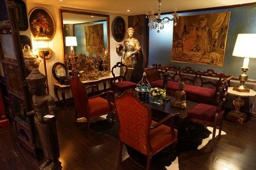 Villa Royale Antiques & Tea Roomlàmột biệt thự cổ kính với khu vườn xinh xắn. Bước vào bên trong, khách sẽ đi từ ngạc nhiên này đến ngạc nhiên khác do nhữngmón đồ cổ giá trị mang lại: từ những chén trà nhỏ, đồng hồ, đèn màu cho đến bộ bàn ghế.(Nguồn: Internet)