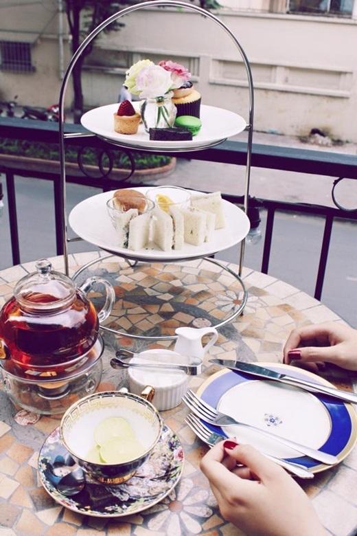Bạn có thể chọn thưởng thức tiệc trà chiều ngoài trời và ngắm phố phường nhộn nhịp. (Nguồn: Internet)