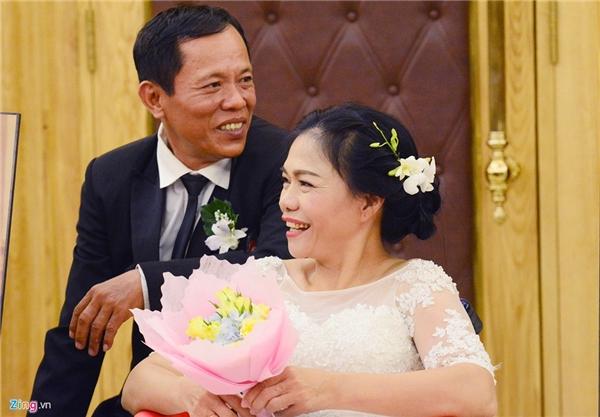Ông Trần Văn Minh (57 tuổi, ngụ quận 10, TP HCM) làm nghề xe ôm và bà Hứa Thị Kiều Hạnh (52tuổi, bị khuyết tật) thành vợ chồng cách đây 30 năm. Đây là một trong số 40 cặp cô dâu, chú rể tại lễ cưới tập thể dành cho người khuyết tật diễn ra tại TP HCM chiều 20/10.