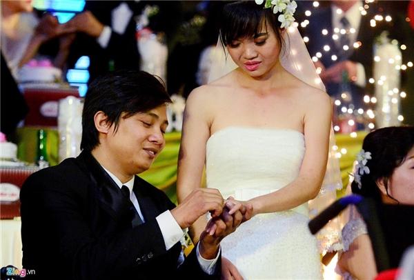 Giây phút trao nhẫn cưới. Họ thuộc về nhau đã lâu nhưng đến nay mới chính thức về mặt thủ tục.