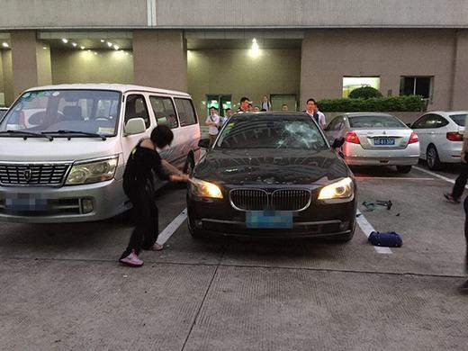 Người vợ không ngừng la hét và đập phá chiếc xe. (Ảnh: Internet)