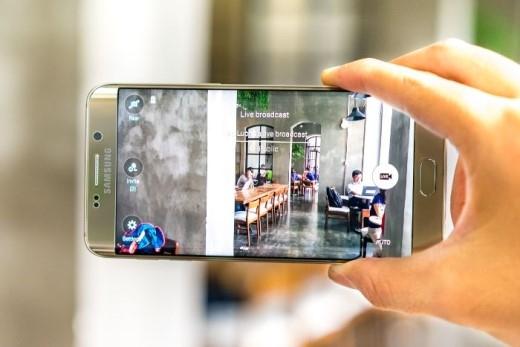 Live Broadcast cho phép kết nối với tài khoản Youtube để thu phát video trực tiếp từ Galaxy S6 edge+.