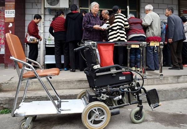 Chiếc xe lăn và tình yêu của hai người già là một câu chuyệnđẹp trong cuộc sống. (Ảnh: Internet)