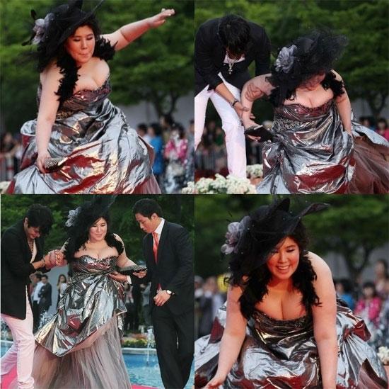 Trang phục rườm rà chèn ép vòng một quá khổ khiến nữ diễn viên Lee Jin Joo ngã nhào trên thảm đỏ Liên hoan phim Pucheon. Nhiều ý kiến chỉ trích cô chính là nỗi xấu hổ của sự kiện năm đó.