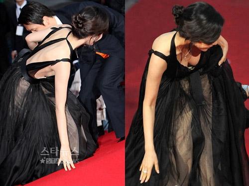 """Nữ diễn viên """"sang chảnh"""" Han Ye Seul cũng từng gặp sự cố mất mặt tương tự. Tham gia Liên hoan phim Hàn Quốc năm 2012, cô nàng không may bị vấp ngã khi bước lên bậc thang. Ngoài ra, Han Ye Seul còn nhận về khá nhiều chỉ trích cho hành động tự ý rời khỏi lễ trao giải khi biết mình không đoạt giải."""