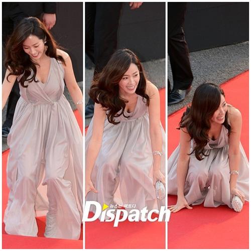 """Tham gia lễ khai mạc chương trình Korea Drama Festival 2012, trang phụcthướt tha bỗng """"phản chủ"""" khiến Han Ji Min ngã sõng soài. Tuy nhiên, cô nàng đã nhanh chóng ghi điểmnhờ nụ cười tươi tắn trên môi."""