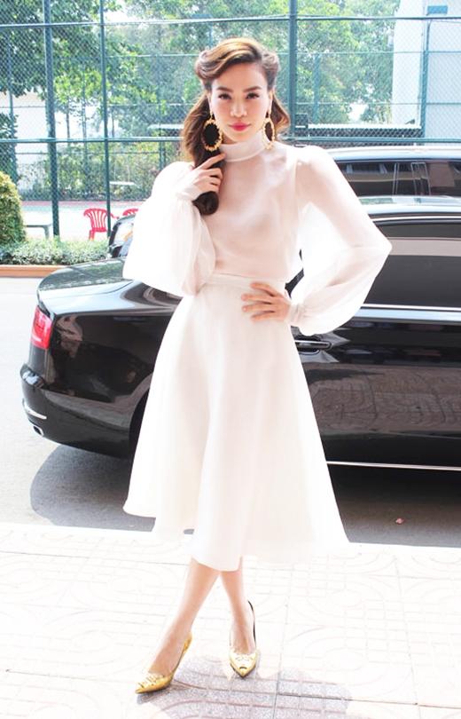 Tuy nhiên, không khó để nhận ra mẫu áo tương tự đã được Hồ Ngọc Hà diện cách đây 3 năm trên ghế nóng Giọng hát Việt 2012. Cô phối chiếc áo cùng chân váy xòe trắng nhẹ nhàng kết hợp phụ kiện, trang điểm, làm tóc theo phong cách cổ điển sang trọng, thanh lịch.