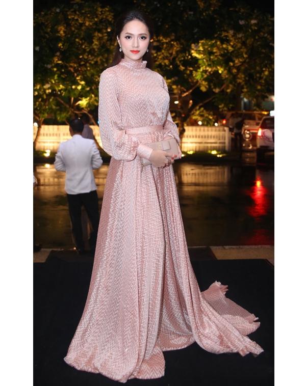 Hương Giang Idol cũng từng diện mẫu váy tương tự trên thảm đỏ chào đón đoàn phim Cô dâu 8 tuổi đến Việt Nam.