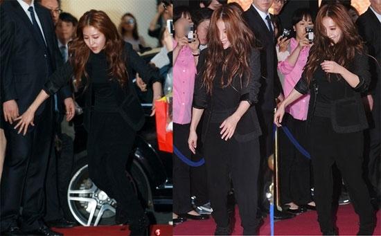BoA loạng choạng suýt ngã nhưng may mắn đã nhanh chóng lấy lại thăng bằng trên thảm đỏ Vogue Fashion's Night Out Seoul 2012.