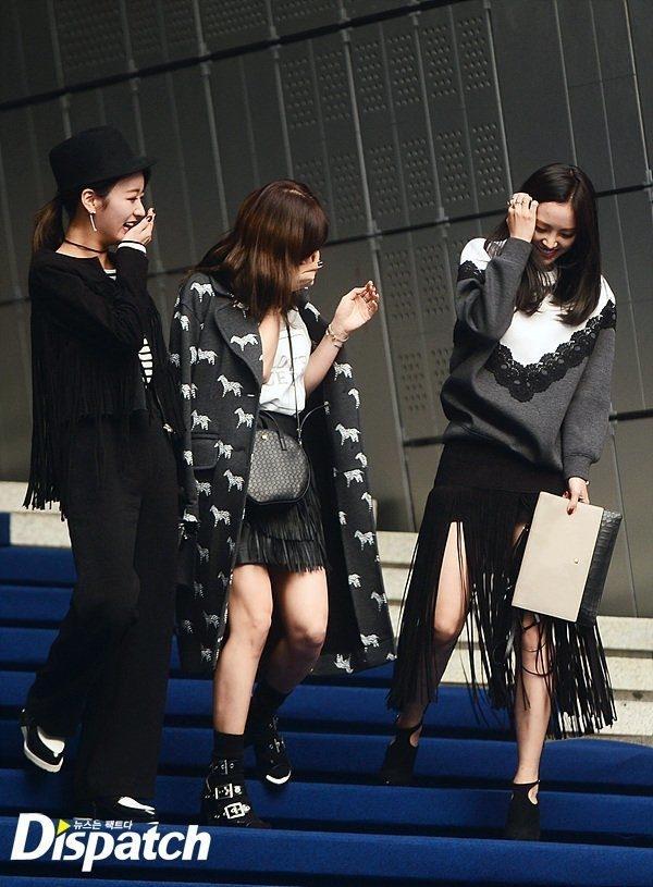Mới đây, tại Tuần lễ thời trang Seoul, Naeun (A Pink) không may té ngã khi đang bước xuống bậc thang tiến vào nơi địa điểm diễn ra chương trình. Cô nàng được các thành viên còn lại giúp đỡ và chỉ biết cười trừ trước tình huống xấu hổ này.