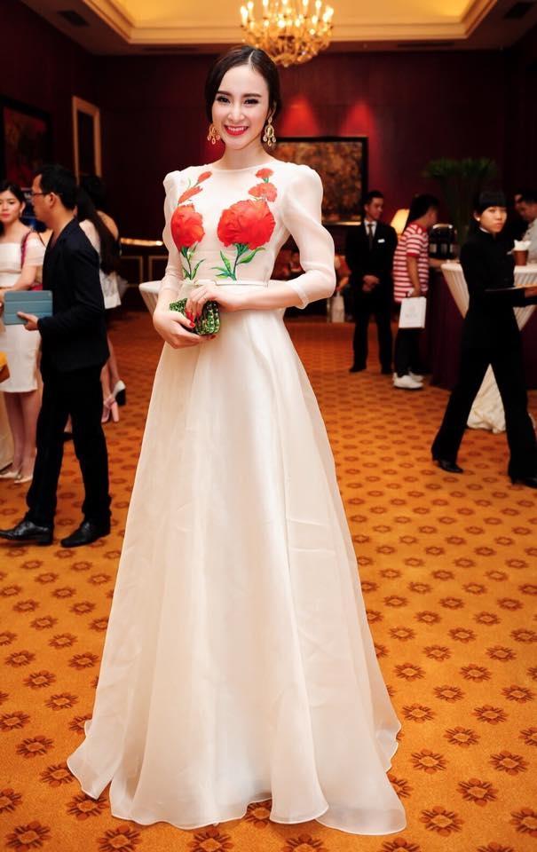 Chiếc váy của Hoa hậu Việt Nam 2012 - Đặng Thu Thảo và nữ diễn viên Angela Phương Trinh chỉ khác nhau bởi họa tiết hoa thêu tay. Cả hai cùng mang đến sự thanh lịch, nhẹ nhàng trong kiểu váy cổ điển nền nã, điệu đà.