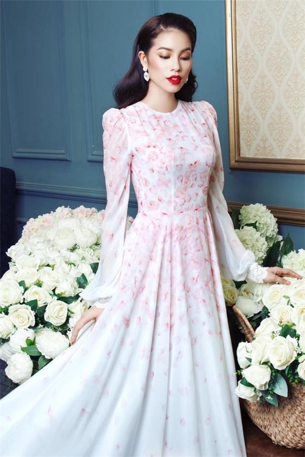 Hai chiếc váy của Hoa hậu Hoàn vũ Việt Nam 2015 - Phạm Hương được điểm xuyết họa tiết cánh hoa có màu sắc nhẹ nhàng, ngọt ngào nhưng vẫn đầy thu hút.