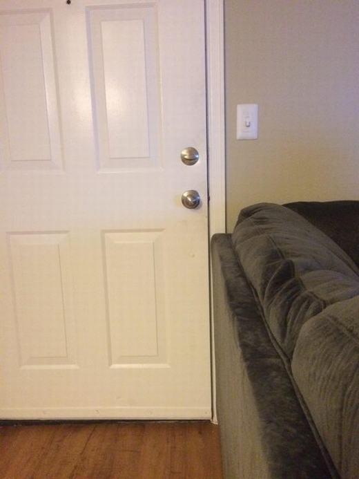 Không có gì thích thú hơn khi bố trí căn phòng chật hẹp mà chiếc ghếlại có thể vừa vặn với cánh cửa! (Ảnh: Internet)
