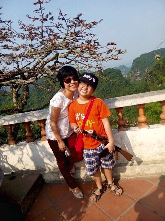 Nữ MC luôn khiến người hâm mộ cảm động, không chỉ bởi những nỗ lực đáng nể phục khi đấu tranh với bệnh tật, mà còn bởi những tình cảm gia đình nhỏ nhặt và đáng ngưỡng mộ của cô và cậu con trai nhỏ tuổi. - Tin sao Viet - Tin tuc sao Viet - Scandal sao Viet - Tin tuc cua Sao - Tin cua Sao
